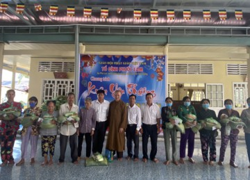 H.Cai Lậy: Tổ đình Phước Lâm tổ chức Tảo tháp và tặng 200 phần quà xuân Tân Sửu cho người nghèo