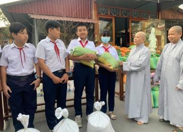 TX.Cai Lậy: Chùa Phật Bửu trao quà Tết đến người nghèo
