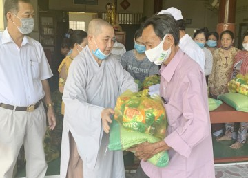 H.Châu Thành: Chùa Thiên Phước Ni tặng quà đầu năm đến các hoàn cảnh khó khăn