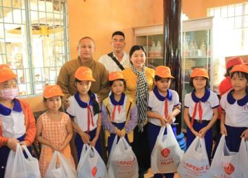 H.Cái Bè: Chùa Thiên Hòa tổ chức tặng quà đến các hoàn cảnh khó khăn