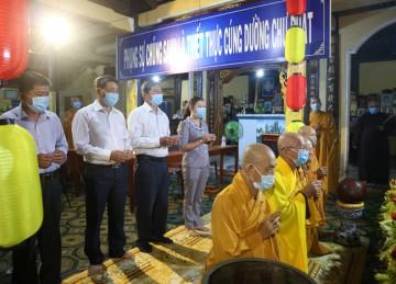 TX.Cai Lậy: Ban Trị sự Phật giáo trang nghiêm Kính mừng Phật Đản và tặng quà người nghèo