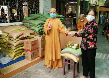 H.Châu Thành: Tịnh xá Ngọc Hiệp tặng quà đến các hoàn cảnh khó khăn nhân Kỷ niệm ngày Đức Phật Đản Sanh