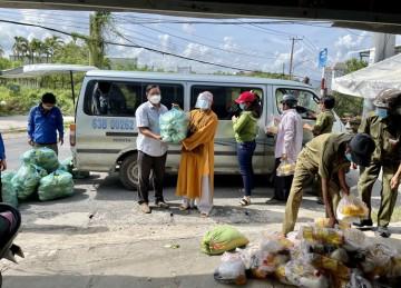 H.Gò Công Đông: Phật giáo huyện tiếp tục tặng quà đến người dân trong khu cách ly