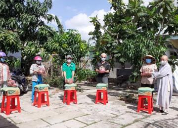H.Châu Thành: Chùa Linh Thứu 3 tặng 100 phần quà cho bà con nghèo trong mùa dịch Covid