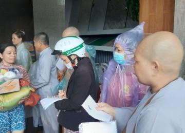Chùa Phước Bửu (huyện Chợ Gạo) chia sẻ khó khăn với đồng bào miền Trung