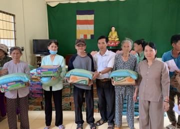 H.Chợ Gạo: Chùa Khánh Lâm tặng quà cho bà con nghèo nhân dịp Rằm tháng 10