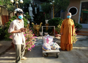 H.Châu Thành: Tịnh xá Ngọc Hiệp tặng quà hỗ trợ người dân khu phong tỏa và người khuyết tật trong mùa Covid