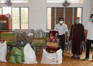 H.Gò Công Tây: Chùa Linh Sơn tiếp tục chia sẻ cùng người dân các vùng bị phong toả do dịch Covid-19