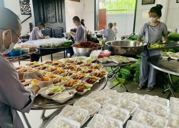 """Tiền Giang: """"Bữa cơm Tình thương"""" chùa Tịnh Nghiêm đồng hành cùng người dân trong mùa dịch Covid"""