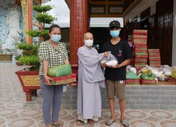 H.Gò Công Tây: Chùa An Dương tặng quà cho các hộ gia đình khó khăn trong mùa dịch Covid
