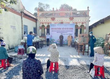 """H.Gò Công Đông: Ban Trị sự Phật giáo huyện tổ chức """"Gian hàng 0 đồng"""" chia sẻ khó khăn với người dân trong mùa dịch."""